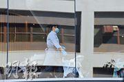 本港第二宗新型冠狀病毒確診個案患者曾入住沙田帝逸酒店,昨日所見該酒店有員工戴上口罩及膠手套。(楊柏賢攝)