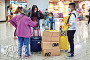 昨日西九高鐵站仍有大批旅客北上,有港人家庭攜同數箱N95口罩準備送贈內地親友。(鍾林枝攝)