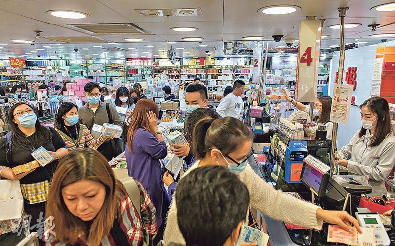 數十名市民昨於西洋菜南街的藥妝店排隊,輪候購買口罩。(林靄怡攝)