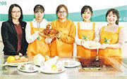 專業教育學院(IVE)去年8月派學生參加「健康飲食設計烹飪比賽」,為糖尿病人設計菜式。左起為IVE葵涌院校應用科學系講師黃蘊芝、IVE應用營養學高級文憑學生陳柏錡、何筠靜、陳子柔及陳家晞。(IVE提供)