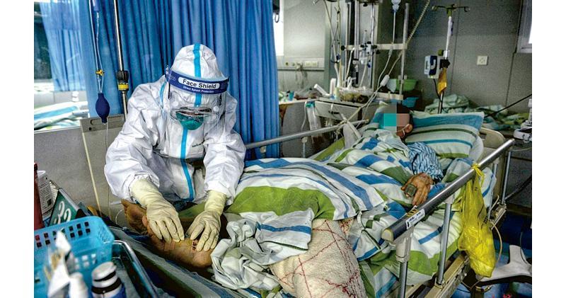 22日,在武漢大學中南醫院重症隔離病房,一名醫護人員在使用移動心肺儀設備對一名新型冠狀病毒患者進行救治。(網上圖片)