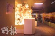 泰暉樓地下大堂保安崗位被縱火,火光熊熊,不斷冒出黑煙。旁邊另一座昇暉樓亦同樣被縱火。(林靄怡攝)