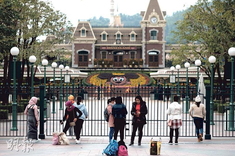 香港迪士尼樂園昨宣布暫時關閉,不少訪客到達園外始知白走一趟。(蘇智鑫攝)