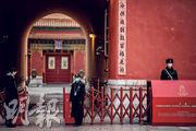 北京官方說不會封城,但為應對肺炎疫情,故宮、博物館等紛紛閉館。圖為前日武警及工作人員在故宮出口處執勤。(法新社)