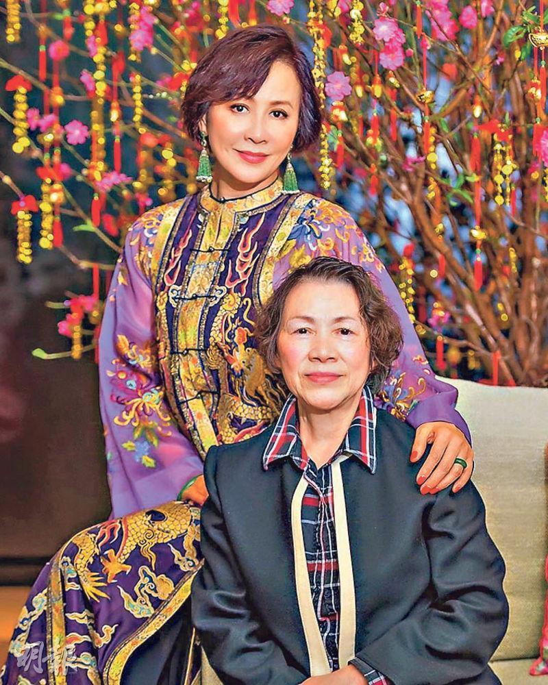 劉嘉玲(左)與媽媽在桃花前合照,向大家拜年。(網上圖片)