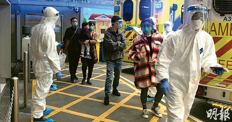 來自武漢、租住尖沙嘴百樂酒店的一家五口,昨由救護車送往伊利沙伯醫院。4名成人均佩戴N95口罩,其中兩人更有防護面罩。據悉,手抱男童在救護車上嘔吐,男童母親發燒,消息稱他們曾到澳門及新加坡,數日前入境香港。5人昨日已入院。(衛永康攝)