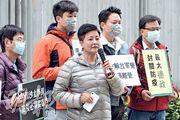民主黨昨日前往政府總部示威,要求政府果斷採取超前措施,包括禁止所有內地人從任何口岸進入香港;交代自去年12月起入境、仍留在香港的湖北人數目,追蹤其去向及安排隔離。前排中為民主黨立法會議員黃碧雲。(曾憲宗攝)
