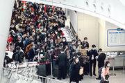 由內地到香港高鐵西九龍站後,除填寫香港衛生署健康申報表外,在內地口岸出境前,旅客也要填寫「健康申明卡」,並遞予內地人員,惟因乘客眾多,收表人員只有寥寥數名,大量旅客擠在一起(圖)。現場所見,旅客大多戴上口罩。(蘇智鑫攝)