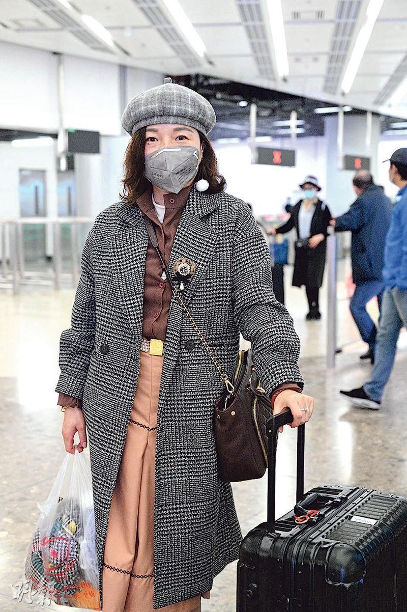 港人陳女士早前到貴州探親7日,她說一踏入香港境內,就即以消毒酒精清潔全身及行李,避免把病毒帶回香港。她認為,如可行的話,贊成香港封關。(明報記者攝)