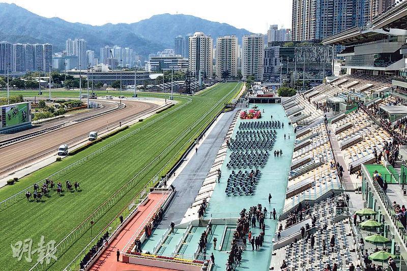 沙田馬場賀歲馬昨日首次以「半閉門」形式舉行,兩個馬場入場人數不足一萬,公眾席座位近乎空無一人,場面冷清。(張國彬攝)