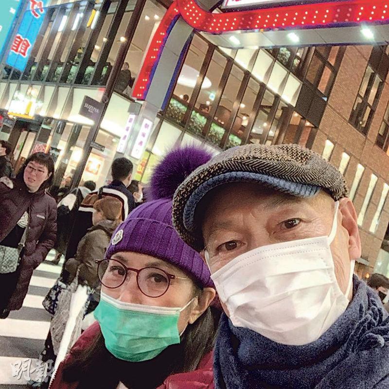汪明荃(左)與老公羅家英(右)趁農曆新年到東京度歲,但在人多地方口罩不離身,謹慎防疫。