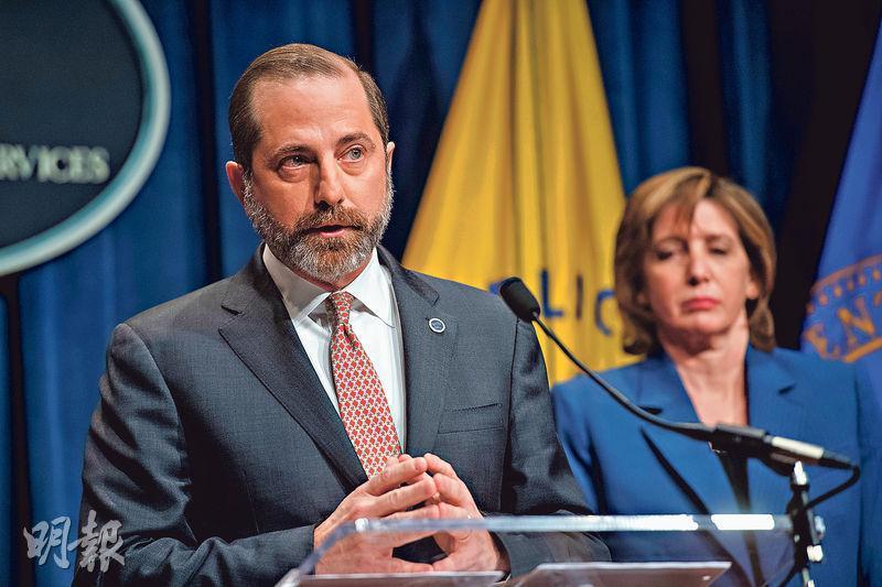 美國衛生部長阿扎(前)周二在記者會上,稱曾3次向中方提出願助抗疫但未獲首肯。(法新社)
