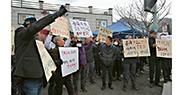 韓國牙山市及鎮川郡有民眾不滿政府計劃利用當地設施,隔離約700名即將從武漢回國的僑民,昨日紛紛上街示威。(網上圖片)