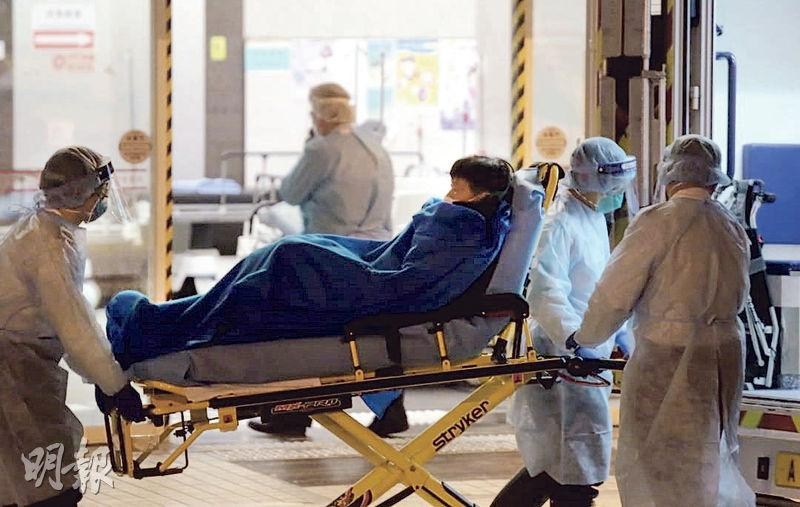 本港昨新增一宗初步確診新型冠狀病毒感染個案,患者上月20日由日本東京橫濱坐郵輪,至25日抵香港啟德郵輪碼頭;他於上月19日開始咳,30日開始發燒,同日入明愛醫院。圖為他昨晚由明愛醫院轉送瑪嘉烈醫院。