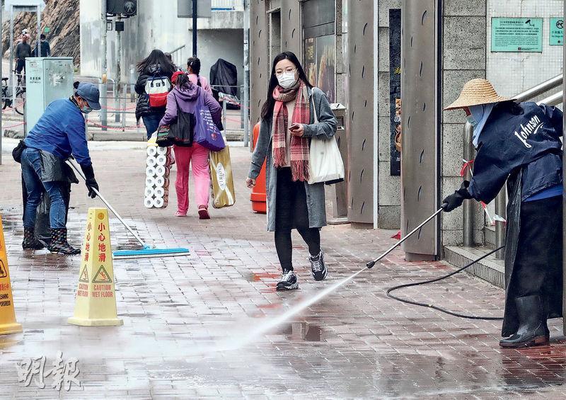 第13宗確診新型冠狀病毒個案的患者居於黃埔花園第11期一座。昨早有屋苑外判清潔工在大廈外的樓梯及街道,以稀釋漂白水清洗。(李紹昌攝)