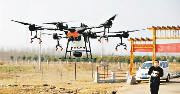 1月31日,河南省平頂山市寶豐縣鬧店鎮周營村,村民利用無人機噴灑消毒劑。(網上圖片)