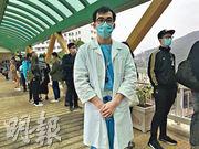 在兒科病房工作的陳醫生穿著白袍罷工,準備「隨時on call」,但只會診治緊急病症,他說:「救急扶危係醫護嘅天職,但有啲嘢都要取番個平衡。」(何進康攝)