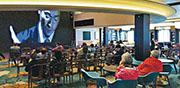 「世界夢號」昨晨抵港後,乘客與工作人員需接受衛生檢疫,在無准許下不可下船。昨日郵輪內仍有設施開放予乘客解悶,部分人到6樓大堂觀看電影。(乘客鄭太提供)