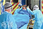 本港第17宗確診個案為一名沒有外遊史的60歲男子,其妻(圖)及女兒亦先後出現病徵,入住聯合醫院後亦證實確診感染新型冠狀病毒。其妻昨午近2時由救護車轉送瑪嘉烈醫院。(賴俊傑攝)