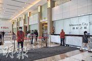 東亞銀行昨發聲明,證實於觀塘創紀之城5期東亞銀行中心36樓工作的兩名後勤職員,曾接觸一名新型冠狀病毒確診者,東亞稱昨已徹底清潔和消毒有關工作樓層。(陳冬綾攝)
