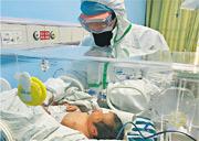 武漢兒童醫院昨日披露,該院確診兩宗新生兒新型冠狀病毒肺炎,最小的出生30小時確診。圖為武漢兒童醫院新生兒內科主任醫師曾凌空查看收治的新生兒情况。(網上圖片)