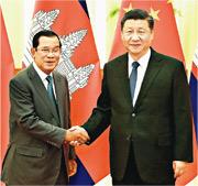 國家主席習近平(右)昨天在北京會見柬埔寨首相洪森時表示,洪森的來訪顯示「患難見真情」,中方深表贊賞。(新華社)