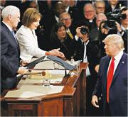 美國總統特朗普(右)周二到國會發表國情咨文,開始前眾議院議長佩洛西(左二)伸手嘗試與之握手,但特朗普未有理會。(法新社)