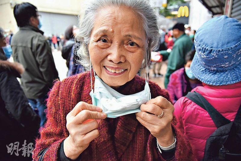 85歲楊婆婆的口罩表面已起毛粒,她每天更換口罩底的紙巾,已用了一星期,昨排隊後終獲派5個新口罩。(陳冬綾攝)