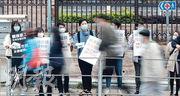 醫護罷工至昨已4日,伊利沙伯院昨早10時持續有10數人排隊報到,有人舉牌派傳單,被路過的士乘客粗口指罵。(馮凱鍵攝)