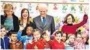意大利總統馬塔雷拉(後右二)昨到羅馬一間有大批中國學生的小學探訪。(網上圖片)
