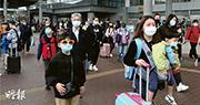 深圳灣口岸昨午人頭湧湧,大批人趕在强制檢疫實施前返港。圖為昨午3時半,口岸外往香港方向的運輸交匯處,的士及巴士候車均大排長龍,其中新界的士更要等候逾兩小時。(曾憲宗攝)