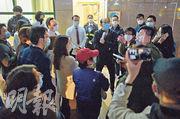 約20至30名灝景灣居民昨包圍管理處,不滿管理處未有及時公布3名密切接觸者正在屋苑家居隔離。(蘇智鑫攝)