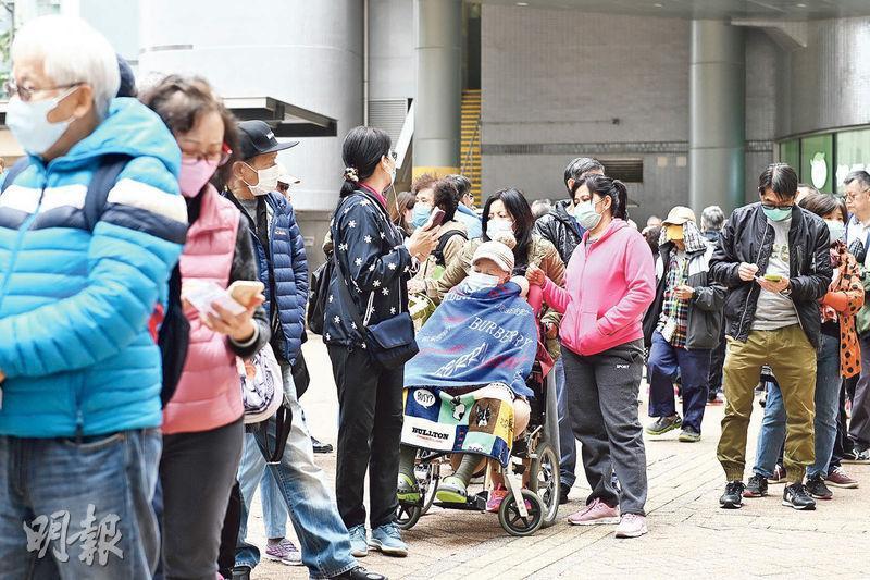 OK便利店昨於全港多間分店向市民免費派發口罩,每人限取5個。其中馬鞍山錦泰苑商場分店,下午1時開始派籌,吸引過千街坊排隊,大部分為年長人士,當中亦有坐輪椅者。(賴俊傑攝)