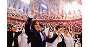 韓國統一教毋懼武漢肺炎肆虐,周五在加平郡的清心和平世界中心舉行集體婚禮,有6000對新人在3萬人見證下結婚,部分新人戴着口罩。(路透社)