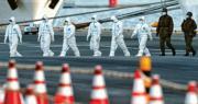 日本一批穿著全身保護衣的工作人員與軍人,昨日離開新增65名感染者的「鑽石公主」號。(路透社)
