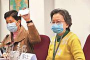 確診135人的鑽石公主號仍停泊橫濱,船上有262名香港人。家屬韋女士(右)表示6名親人仍留在郵輪上隔離,擔心14天隔離期會不斷延長。(李紹昌攝)