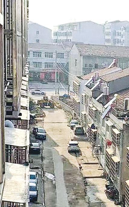 港人范太及兩子現滯留湖北紅安縣的鄉村,此為他們居所外的街道,而村口位置已被村民以剷泥車堵路。(受訪者提供)