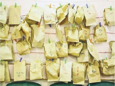 沈祖堯說,2003年SARS抗疫期間物資短缺情况較現時更嚴重,尤其是N95口罩,醫護人員為節省口罩,每次出病房會將N95口罩放入紙袋,在紙袋寫上自己名字,掛在病房外,下次入病房再戴上,每人每日只用一個N95口罩,部分人翌日仍會重用。(沈祖堯提供)
