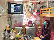 何太一家三口現居葵涌區一間不足70呎的劏房內,單位除了20呎廚廁,餘下空間只能放置一張碌架牀。面對疫情,何太稱只能過一日算一日,平日亦會盡量「慳住用」口罩。(黃俊鋒攝)