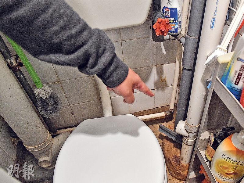 粉嶺祥華邨有住户早年購入單位時,馬桶排氣管遭負責「執漏」的房署外判承辦商切斷。(鄧宗弘攝)
