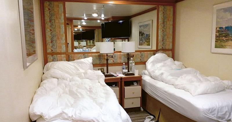 72歲的張太及其丈夫目前滯留在停泊日本橫濱的「鑽石公主」號郵輪,其房間是沒有窗戶的內艙房,她慨嘆長時間都「不見天日」。(受訪者提供)