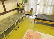 屯門富泰區議員何國豪前晚接獲屯院護士投訴,稱該院昨提供給醫護入住的護士宿舍環境差劣,枱面地墊佈滿灰塵,牀褥有黑色污漬,水龍頭充滿鏽屑。(何國豪提供)
