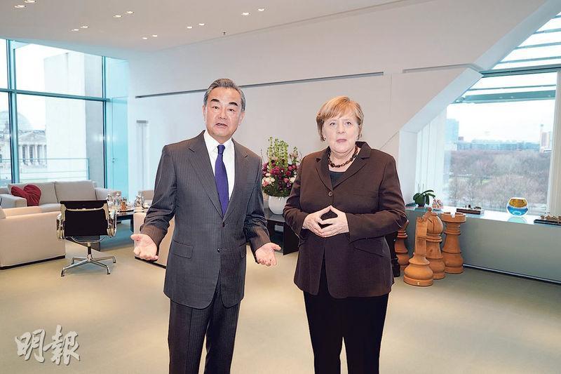 德國總理默克爾(右)13日在柏林會見中國國務委員兼外長王毅(左),她稱願在5G建設上同中方相互開放市場,不會排斥特定企業。(新華社)