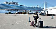 香港政府新聞處提供的照片顯示,入境處人員上周五(14日)帶同小禮物包,經船公司送給「鑽石公主」號郵輪上的香港人。(政府新聞處)