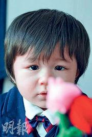 鍾嘉欣的歲半兒子Jared拿着紅玫瑰送給媽咪。(網上圖片)