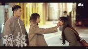 朴敘俊(左)喜獲「女神」權娜拉(右)獻吻,卻遭金多美(中)阻止,網民大讚這一幕有原著漫畫神髓。