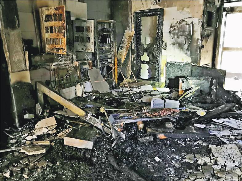粉嶺暉明邨上月底遭示威者破壞,房委會昨日發布該邨受破壞狀况的相片,其中第二座大堂的保安櫃枱、消防控制箱及警報系統嚴重損毁,雜物遍地,整個大堂熏黑。(房委會圖片)
