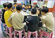 在繪畫作品前,小記先和緬甸學生中心的學生一起閱讀文章,將煩囂拋諸腦後,靜下心神,讓學生有空間了解自己。