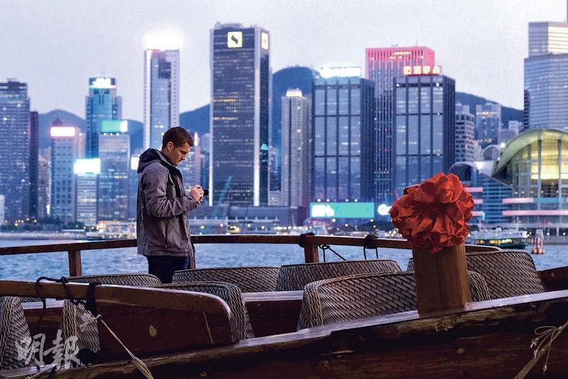 疫情肆虐下,往日熙來攘往的尖沙嘴海旁只餘零星港人及遊客,昨日傍晚觀光船上僅有一名遊客。(馮凱鍵攝)