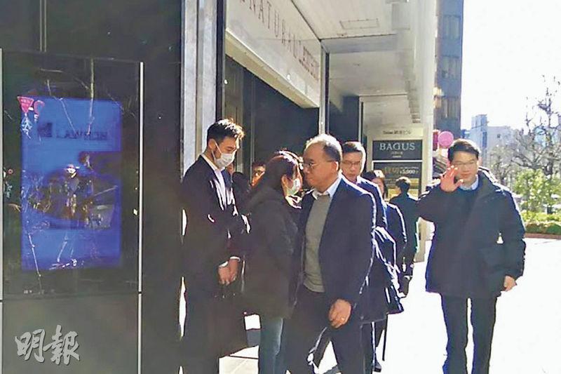 身在日本東京的入境處長曾國衞(前)與保安局副局長區志光(右),昨午到郵輪船公司位於當地的辦公室商討港人乘客撤離細節,原定日本厚生勞動省代表亦會出席,但最終缺席,未知原因。(鄧俊豐攝)